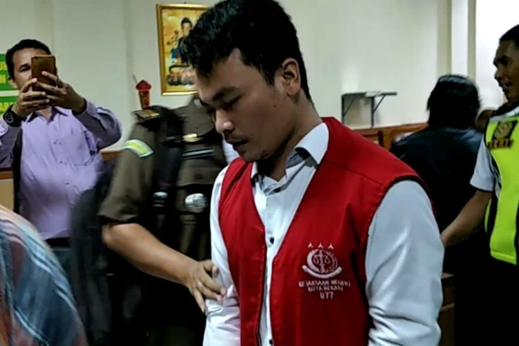 Terdakwa kasus pembunuhan satu keluarga di Bekasi, Haris Simamora usai jalani sidang perdana di Pengadilan Negeri Bekasi, Kota Bekasi, Senin (11/3/2019).