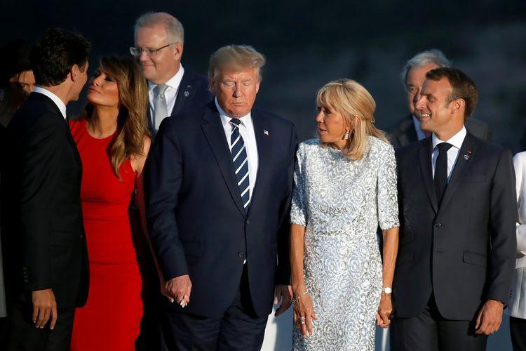 Ibu Negara Amerika Serikat (AS) Melania Trump ketika tersenyum di samping Perdana Menteri Kanada Justin Trudeau dengan keduanya berciuman pipi, sementara suaminya, Presiden AS Donald Trump hanya terdiam dalam sesi foto di sela pertemuan negara G7 di Biarritz, Perancis, pada 25 Agustus.