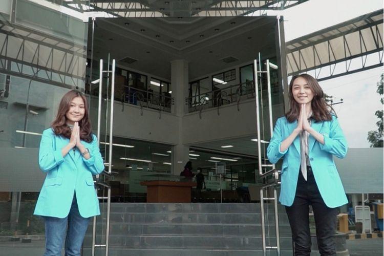 Ilustrasi penyambutan di pintu masuk area pendaftaran mahasiswa baru kampus UK Maranatha, Bandung.