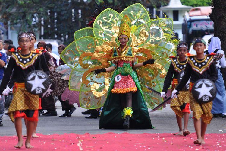 Sejumlah pelajar berbusana kreasi mengikuti pergelaran Batik Carnival tingkat pelajar di halaman pendopo Pengayoman Temanggung, Jawa Tengah, Kamis (20/7/2017). Pergelaran seni budaya yang diselenggarakan Dekranasda (Dewan Kerajinan Nasional Daerah) dan Dinas Pendidikan dan Kebudayaan setempat tersebut merupakan ajang berkreasi dan berekspresi dalam menyalurkan bakat seni.