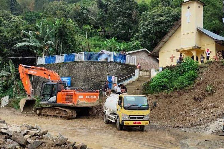 Sejumlah kendaraan melintas di jalan pasca-longsor di Dusun Sualan Nagori Sibaganding, Kabupaten Simalungun, Jumat (14/5/2021).