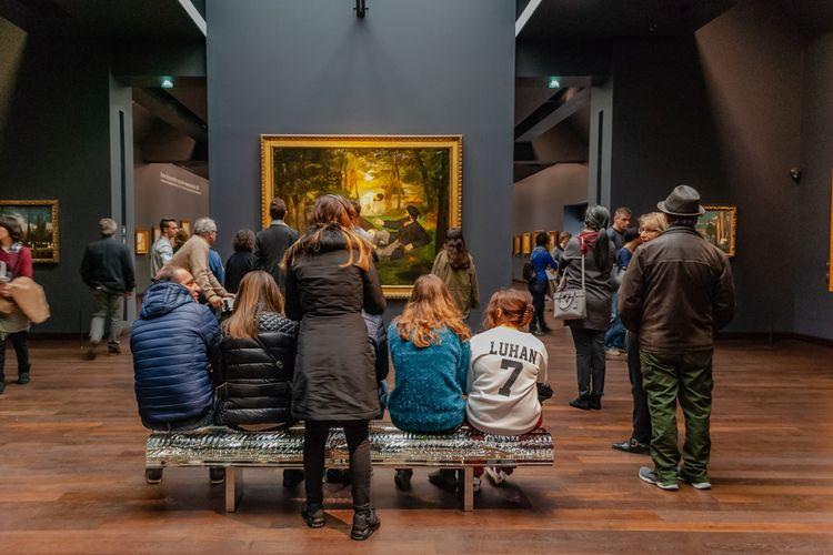 Pengunjung mengapresiasi karya seni di the Orsay Museum (Musee d Orsay) yang berlokasi di bekas stasiun kereta Gare dOrsay, (13/10/2015).
