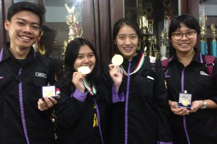 Tim Paduan suara Unika menunjukkan medali emas seusai mengikuti kompetisi di Italia.