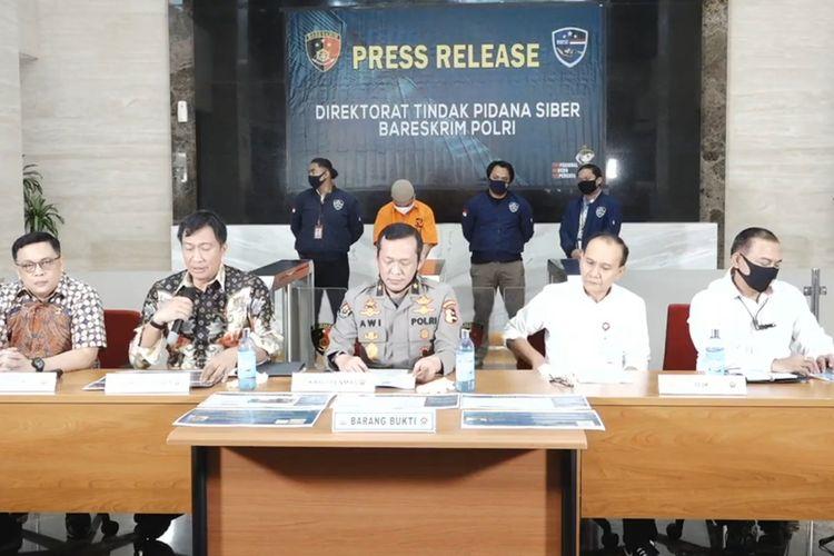 Direktorat Tindak Pidana Siber Mabes Polri mengamankan pelaku penyebar hoaks terkait ajakan penarikan dana bank.