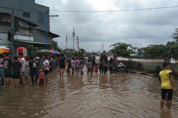 Banjir melanda sejumlah kawasan di Jakarta pada Sabtu (20/2/2021), salah satunya di Jalan Jatinegara Raya. Gambar diambil sekitar pukul 12.15.