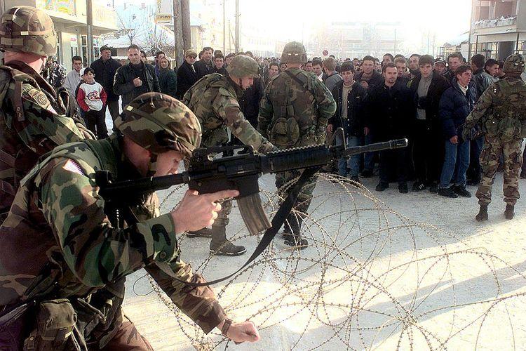 Tentara AS mengendalikan penduduk Albania di Kosovo pada 9 Januari 2000.