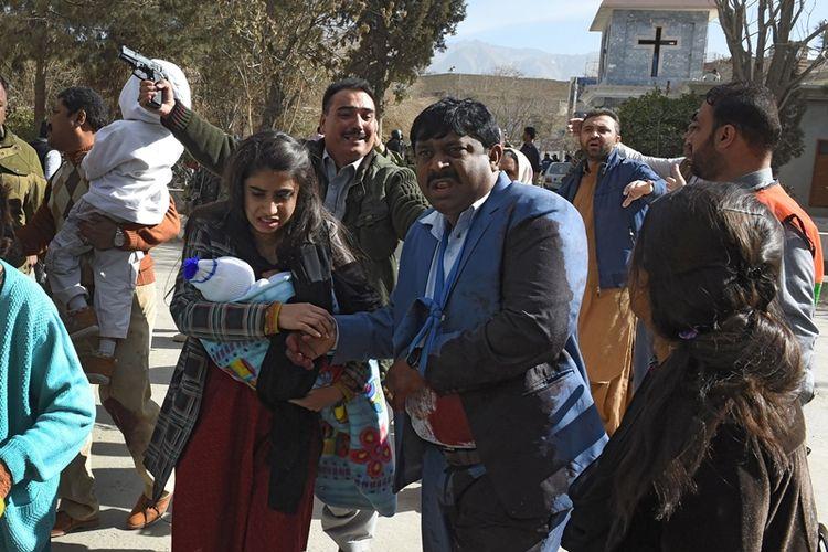 Petugas mengevakuasi jemaat gereja Metodis. setelah serangan bom bunuh diri pada kebaktian Minggu di Quetta, Pakistan, pada Minggu (17/12/2017)