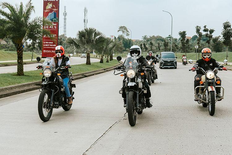 Para lady biker pengendara Royal Enfield