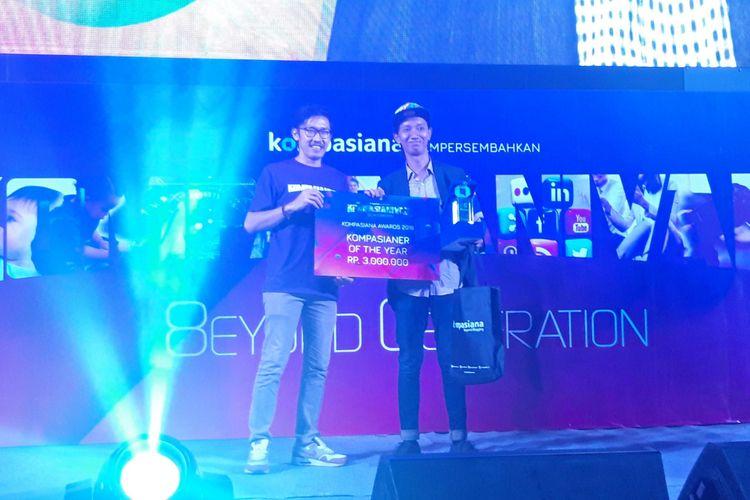 Penyerahan Kompasiana Awards 2018 kepada salah satu pemenang dengan kategori Kompasianer of The Year 2018.