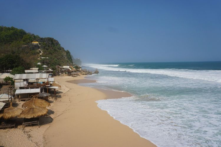 Pantai Watu Lawang di Desa Tepus, Kecamatan Tepus, Gunungkidul, dengan keindahan pasir Putihnya