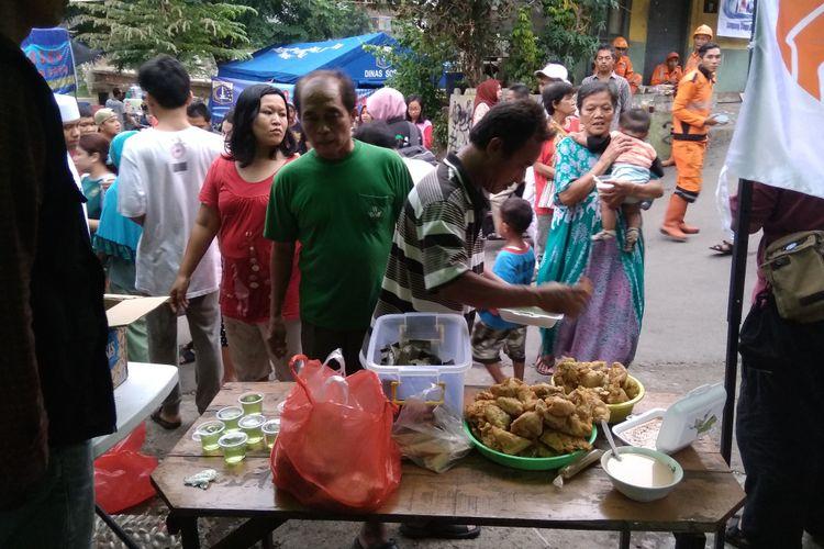 Warga korban kebakaran Bidaracina berbondong-bondong mengantre takjil, Senin (28/5/2018)