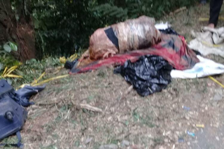 Garis Polisi terpasang sejak siang tadi di lokasi temuan mayat dalam koper di Kampung Teluk Waru, Desa Curug Bitung, Kecamatan Nanggung, Kabupaten Bogor, Jawa Barat.