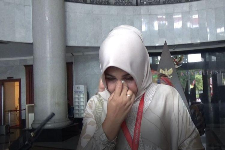 Caleg DPD Dapil NTB Evi Apita Maya menangis usai persidangan di Gedung Mahkamah Konstitusi (MK), Jakarta Pusat, Jumat (8/8/2019).