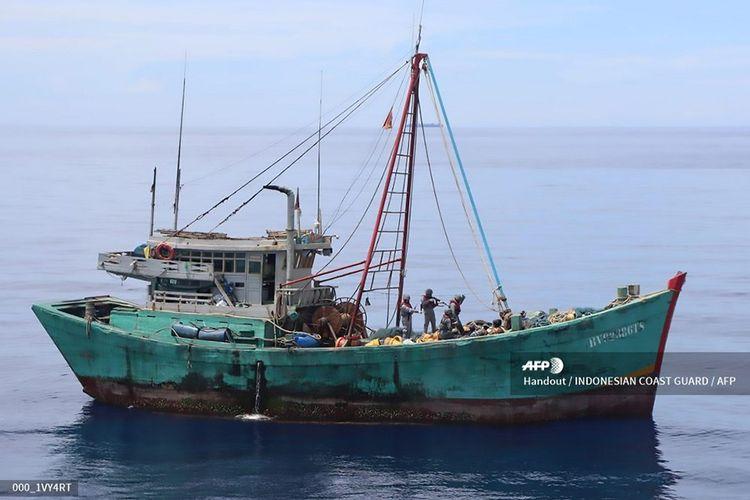 Foto handout diambil Minggu (26/7/2020) dan dirilis pada Rabu (29/7/2020), memperlihatkan suasana penangkapan kapal ikan asal Vietnam di Laut Natuna Utara, Kabupaten Natuna, Kepulauan Riau. Penangkapan kapal asing yang diduga melakukan aktivitas pencurian ikan tersebut dilakukan saat KN Pulau Dana  323 melakukan patroli.