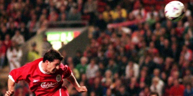 Pemain Liverpool FC, Robbie Fowler, mencetak gol ke gawang FC Kosice dalam laga leg kedua ronde pertama Piala UEFA di Liverpool, Inggris, pada 30 September 1998.