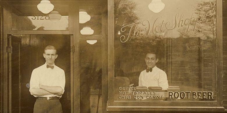 Marriott (kiri) di depan kedai The Hot Shoppes yang menjadi awal bisnis Marriott International