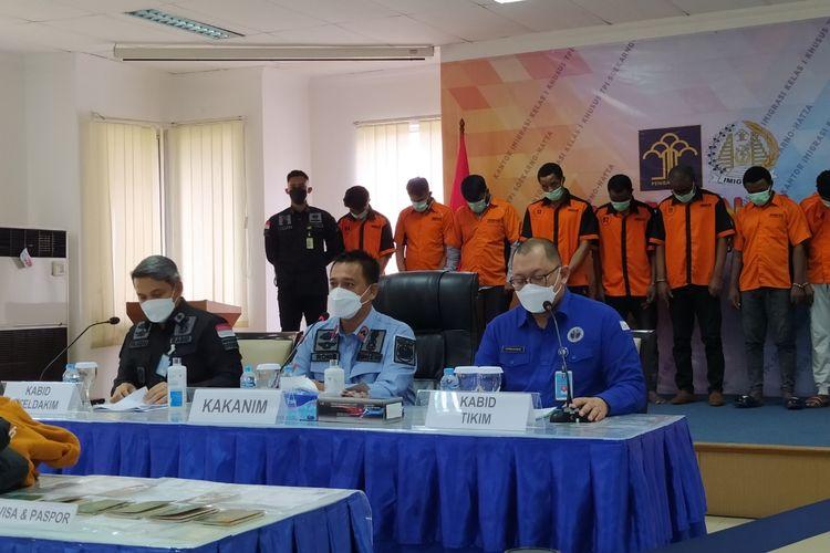 Kepala Kantor Imigrasi Bandara Soekarno-Hatta Romi Yudianto saat memimpin konferensi pers kasus visa elektronik palsu di Kantor Imigrasi Bandara Soekarno-Hatta, Kota Tangerang, pada Kamis (25/3/2021).