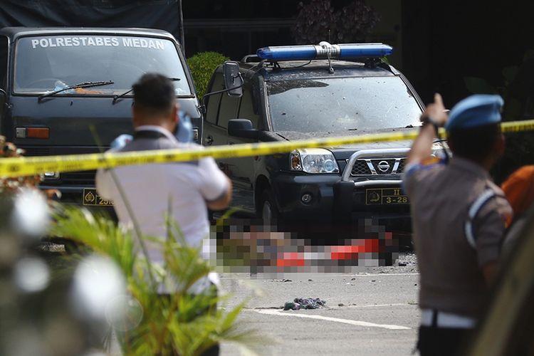 Polisi berjaga pascaledakan yang diduga bom bunuh diri di Mapolrestabes Medan, Sumut, Rabu (13/11/2019). Kepala Divisi Humas Mabes Polri Irjen M Iqbal mengonfirmasi bahwa jumlah sementara korban luka-luka dalam peristiwa ledakan bom tersebut berjumlah 6 orang.