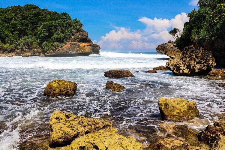 Ilustrasi pantai - Pantai Batu Bengkung di Malang Selatan.