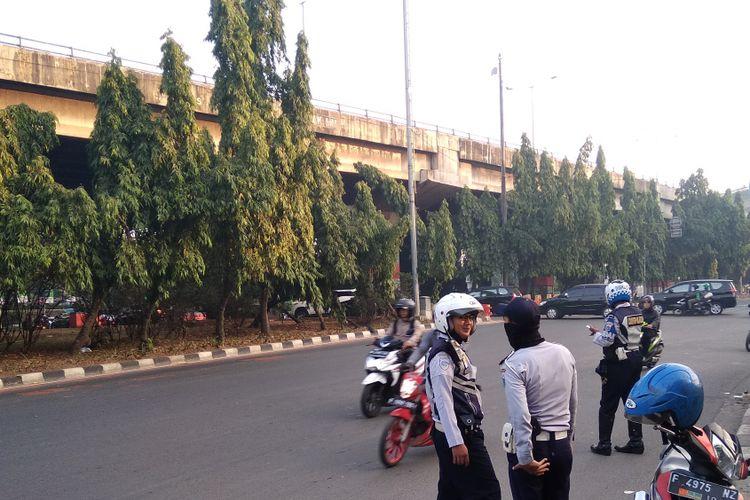 Sejumlah petugas Dinas Perhubungan DKI Jakarta berjaga-jaga di lokasi uji coba penerapan sistem ganjil-genap di Jalan DI Panjaitan, Jakarta Timur, Senin (2/7/2018)