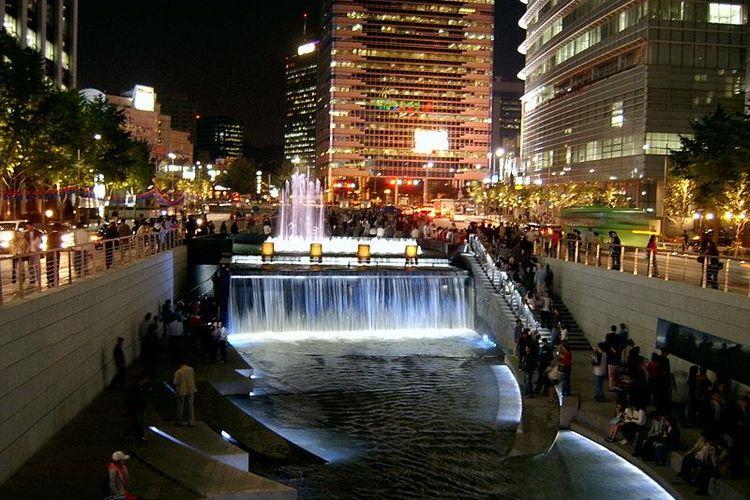Sungai Cheonggyecheon yang memancarkan keindahan di waktu malam menjadi atraksi tersendiri bagi warga kota Seoul, Korea Selatan.