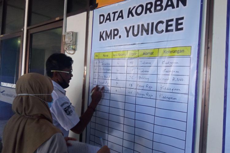 Petugas Kantor Kesehatan Pelabuhan mencatat daftar nama korban KMP Yunicee, di Posko Tanggap Darurat KMP Yunicee, Banyuwnagi.