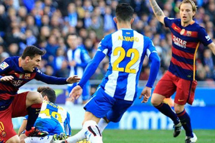 Lionel Messi dapat pengawalan ketat saat Barcelona bertandang ke markas Espanyol, Sabtu (2/1/2016).