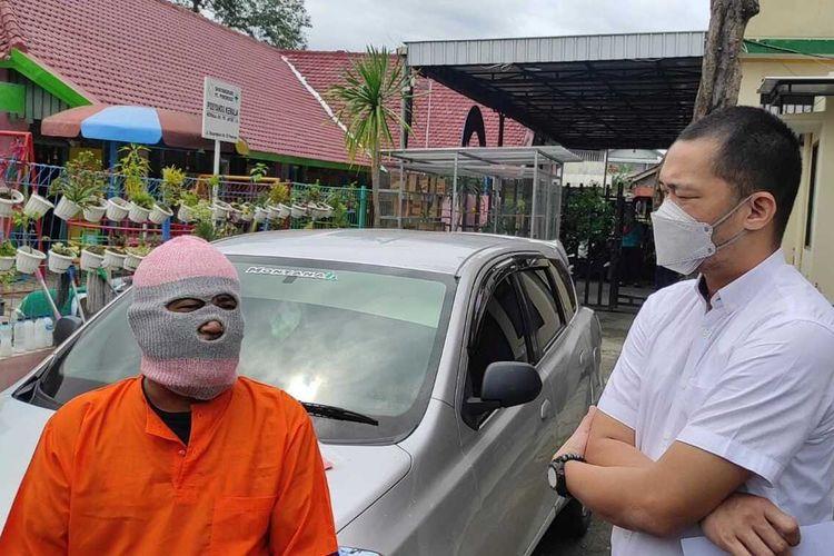 Kasat Reskrim Polres Ponorogo, AKP Hendi Septiadi berbincang dengan tersangka S, warga Kabupaten Madiun yang ditangkap lantaran menggelapkan mobil rental.