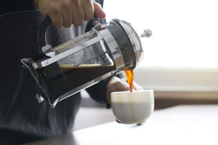 Ilustrasi membuat kopi dengan french Press