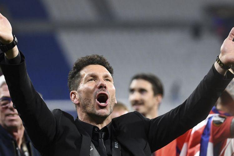Pelatih Atletico Madrid, Diego Simeone, merayakan keberhasilan timnya menjuarai Liga Europa 2017-2018 setelah mengalahkan Olympique Marseille di laga final, Kamis (17/5/2018) dini hari WIB di Stadion Parc OL, Lyon.