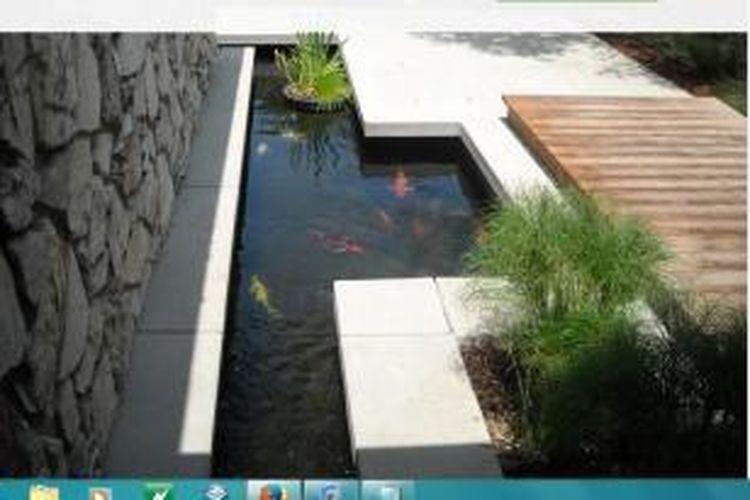 Pasang filter untuk menyaring air kolam. Filter bisa diperoleh di toko-toko peralatan akuarium atau penjual ikan hias.