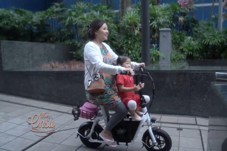 Gaya Sarwendah saya mengantar putri pertamanya, Thalia Putri Onsu, ke sekolah barunya di Singapura.