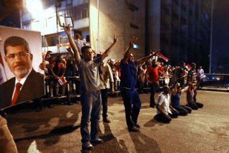 Para pendukung presiden terguling Muhammad Mursi menguasai jembatan 6 Oktober di Kairo pada Senin (15/7/2013) malam yang memicu bentrokan dengan polisi. Dari bentrokan sepanjang malam itu, sebanyak tujuh orang tewas dan 261 orang lainnya terluka.