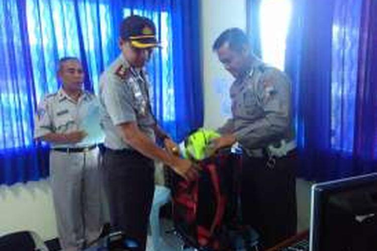 Kapolres Magelang AKBP Zain Dwi Nugroho memeriksa tas anggota yang sedang bertugas di layanan sim di mako setempat, Kamis (27/10/2016). Pemeriksaan ini untuk mencegah pungli.