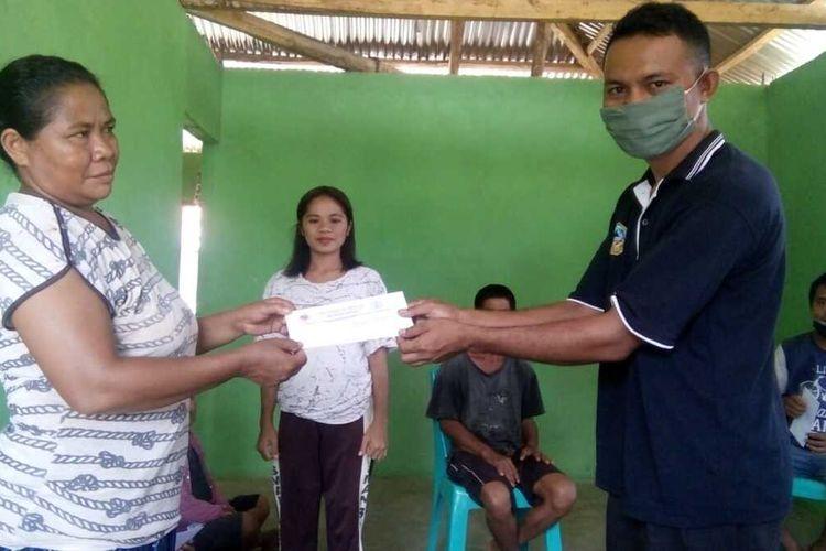 Kepala SMAN 03 Borong, Konstantinus Everson Rada mengumumkan kelulusan dari rumah ke rumah orangtua ditengah pandemi Covid19, Selasa, (5/5/2020). (KOMPAS.com/MARKUS MAKUR)