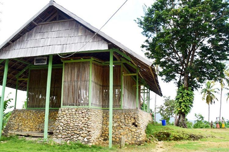 Masjid Wawoangi didirikan Syeh Abdul Wahid di tahun 1527 dengan bentuk seperti rumah kecil dan dipercaya sebagai masjid pertama kali dalam mensyiarkan Islam di Pulau Buton. Masjid ini terletak diatas pegunungan Desa Wawoangi, Kecamatan Sampolawa, Kabupaten Buton Selatan, Sulawesi Tenggara.