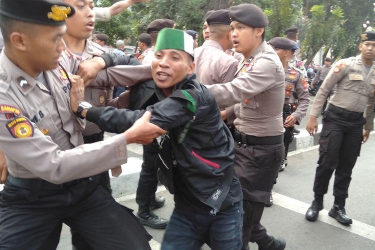Polisi amankan massa aksi yang berdemo di depan gedung KPK. Mereka diamankan setelah mencoba masuk ke dalam gedung KPK, Rabu (18/9/2019)