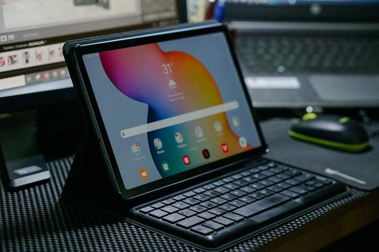 Akesori Book Cover Keyboard untuk Galaxy Tab S6 Lite mendukung perangkat ini dalam hal produktivitas untuk bekerja. Ada dua pilihan viewing angle yang disediakan.