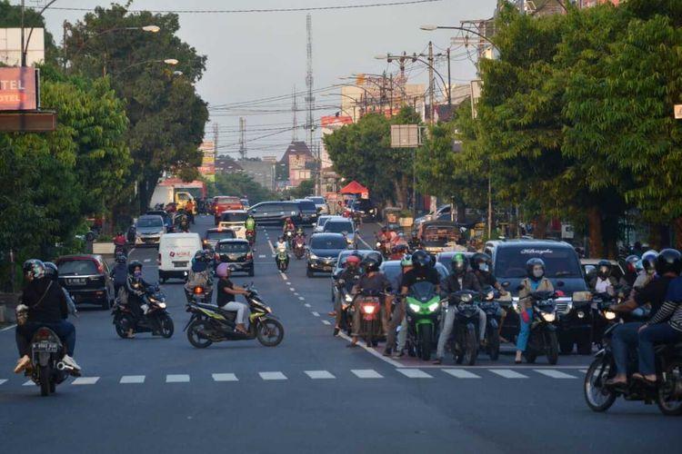 Lalu lintas di pertigaan Sawangan, Purwokerto, Kabupaten Banyumas, Jawa Tengah.