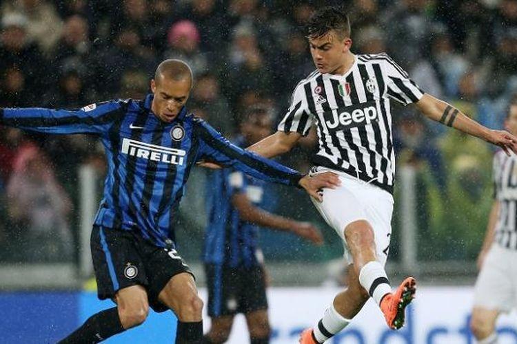 Pemain Juventus, Paulo Dybala (kanan), berduel dengan pemain Inter Milan, Joao Miranda, pada laga lanjutan Serie A di Stadion Juventus, Minggu (28/2/2016) waktu setempat atau Senin dini hari WIB.