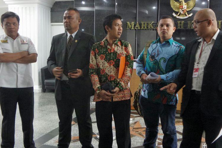 Anggota Advokat Cinta Tanah Air (ACTA) saat mengajukan permohonan uji materiil terhadap Perppu No. 2 Tahun 2017 tentang Organisasi Kemasyarakatan (Perppu Ormas) di Mahkamah Konstitusi (MK), Rabu (9/8/2017).