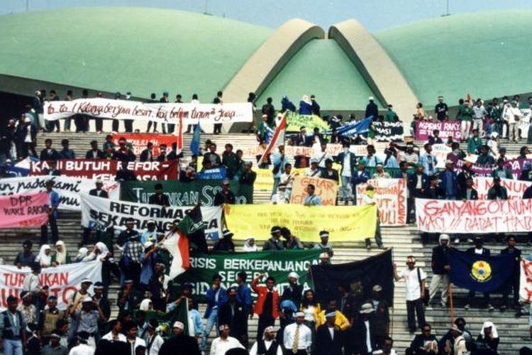 Mahasiswa menduduki gedung MPR/DPR, menuntut Presiden Soeharto untuk mundur dari jabatan Presiden, pada Mei 1998.