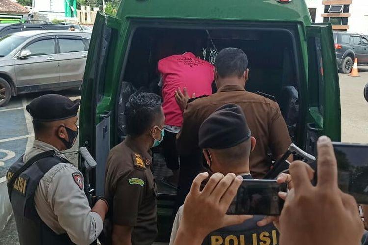 Penahanan dua pejabat eselon IV Lampung Selatan oleh Kejati Lampung, Selasa (22/12/2020). (FOTO: Dok. Kejati Lampung)