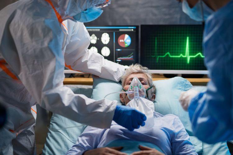 Ilustrasi pasien Covid-19 dipasang alat bantu napas, tabung oksigen untuk pasien Covid-19 parah. Dokter tidak anjurkan pasien Covid-19 yang melakukan isolasi mandiri, saat gejala Covid-19 memburuk mengoperasikan tabung oksigen secara mandiri.