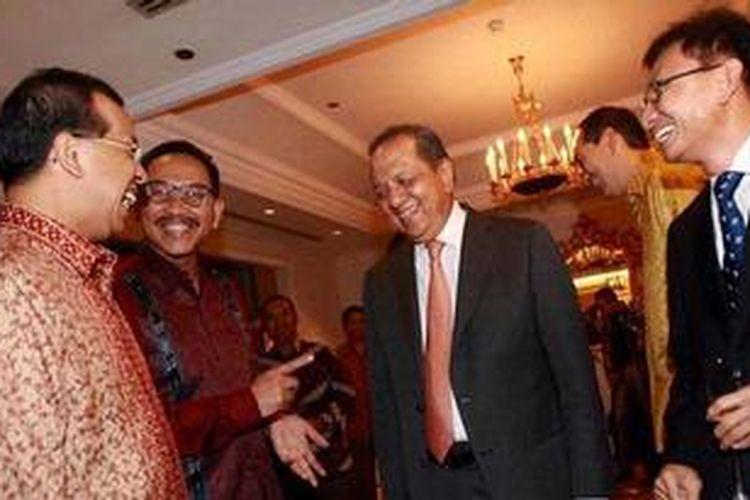 CEO Garuda Emirsyah Satar (kiri) mengundang Wakil Menteri Perhubungan Bambang Susantono (kedua dari kiri), Menteri Perindustrian M.S. Hidayat (kedua dari kanan) dan CEO Kelompok Kompas Gramedia Agung Adiprasetyo, serta sejumlah tamu dari pimpinan media lainnya di Hotel Grand Hyatt, Jakarta, Selasa (21/5/2013). Garuda mempresentasikan layanan first class pada pesawat Boeing 777ER yang akan melayani rute Jakarta-Midle East dan Jakarta-London.