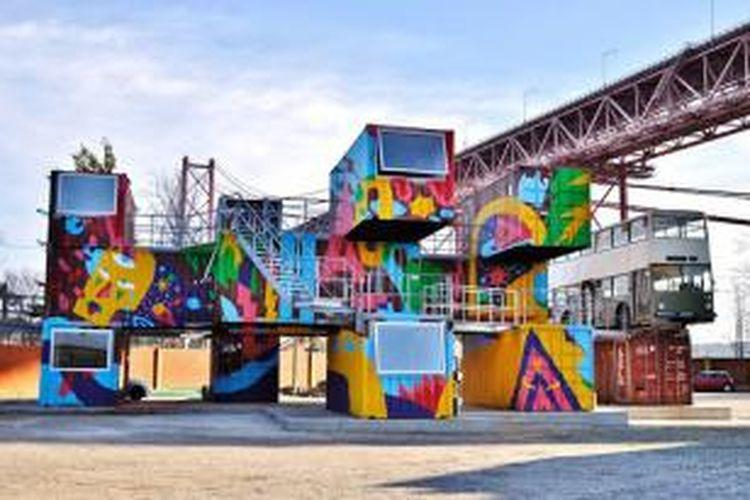 Kontainer-kontainer pengiriman yang terbengkalai diubah menjadi pusat kegiatan kreatif.