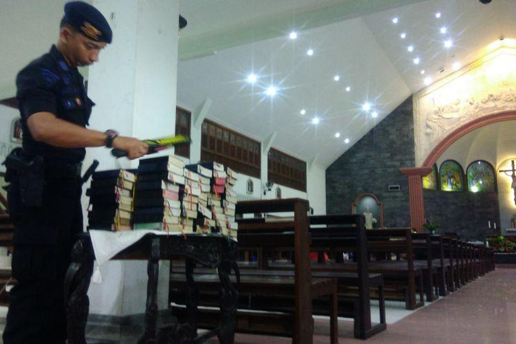 Antisipasi Benda Berbahaya, Polisi Periksa Buku Gereja saat Pemeriksaan di Gereja Santo Petrus Kanisius Wonosari, Gunungkidul Sabtu (23/12/2017) malam