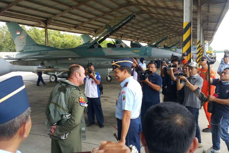 Danlanud Iswahjudi, Marsma TNI Samsul Rizal berbincang dengan penerbang tempur Angkatan Udara Amerika Serikat yang menerbangkan pesawat tempur F -16 hibah pemerintah AS di Lanud Iswahjudi, Selasa ( 12 / 12 / 2017) siang.