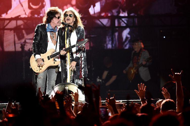 Gitaris Joe Perry dan vokalis Steven Tyler dari band Aerosmith tampil di panggung Capital One JamFest, yang merupakan rangkaian NCAA March Madness Music Festival 2017 di Phoenix, Arizona, AS, Minggu (2/4/2017) waktu setempat.
