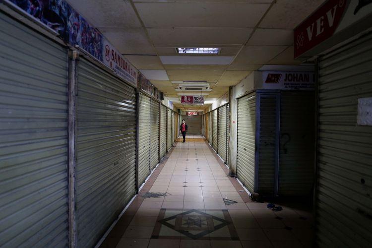 Suasana pusat perbelanjaan di Plaza Elektronik, Glodok, Jakarta barat, Rabu (14/7/2017). Perdagangan berjalan normal meskipun ada sebagian kios yang ditutup akibat sepi pembeli.